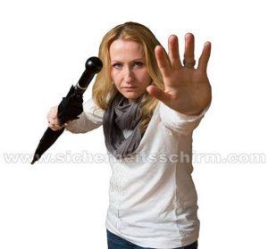 Frau wehrt sich mit Selbstverteidigungsschirm
